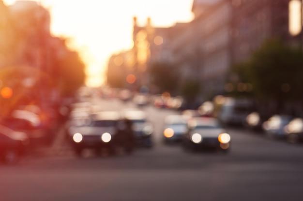 Auto met lichten 's avonds op stadsweg Premium Foto
