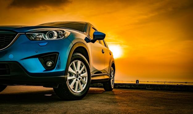 Auto met sport en modern ontwerp geparkeerd op de weg Premium Foto