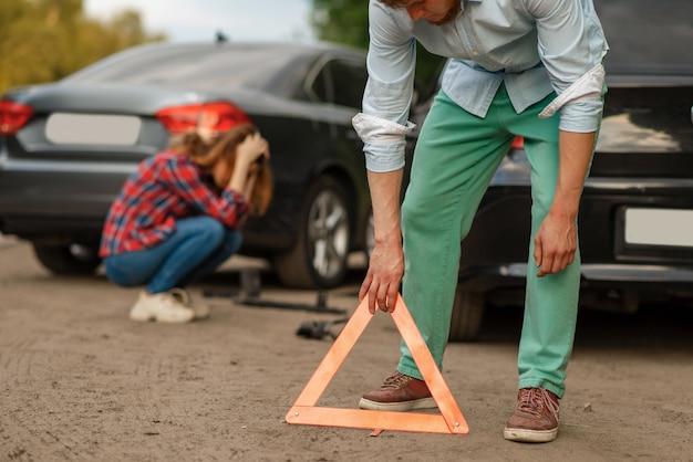 Auto-ongeluk op de weg, mannelijke en vrouwelijke chauffeurs Premium Foto