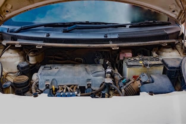 Auto-ongeluk open kap automonteur om toestand van schade te controleren Premium Foto