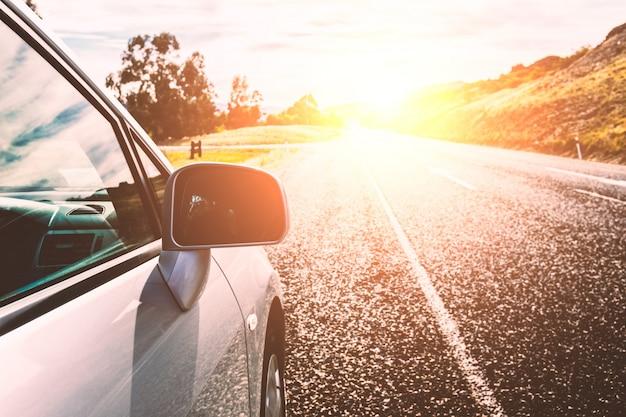 Auto op een zonnige weg Gratis Foto