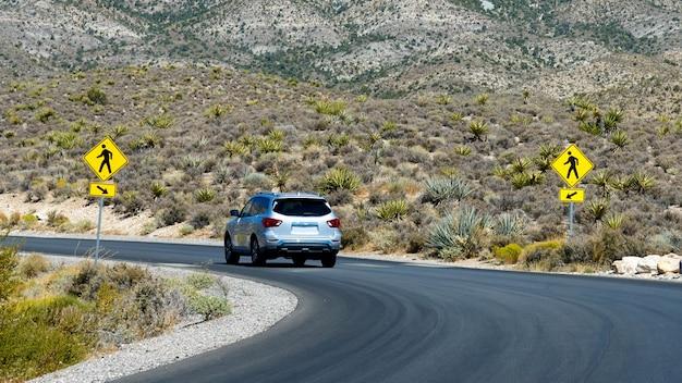 Auto op weg in red rock canyon, nevada, verenigde staten Gratis Foto