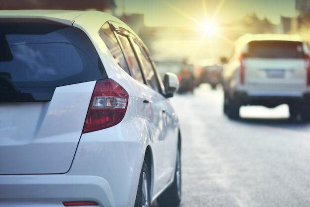 Auto rijden op de weg en kleine passagiersstoel op de weg die wordt gebruikt voor dagelijkse ritten, auto-auto's rijden Premium Foto