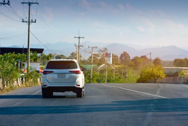 Auto rijden op de weg en kleine passagiersstoel op de weg die wordt gebruikt voor dagelijkse ritten Premium Foto