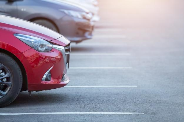 Auto's geparkeerd op de parkeerplaats, close-up. auto's te koop voorraadlot rij. inventaris van autodealers. Premium Foto