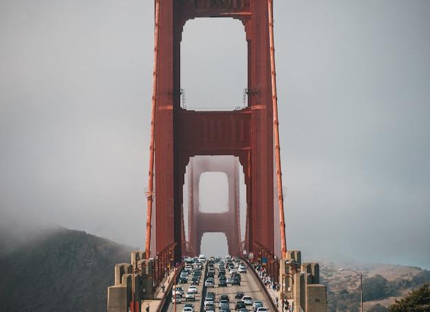 Auto's op de golden gate bridge bedekt met mist in san francisco Gratis Foto