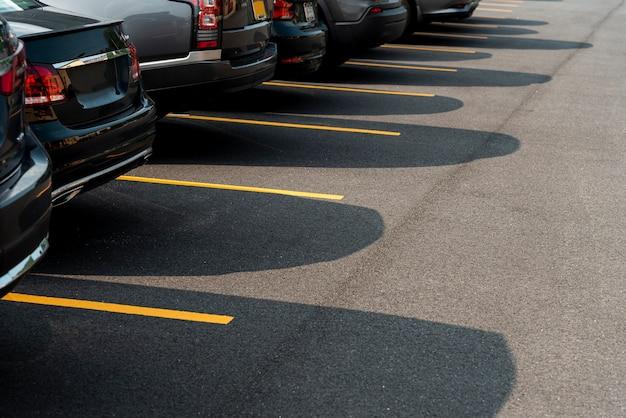 Auto's op de parkeerplaats zijaanzicht Premium Foto