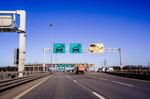Auto's passeren het punt van tolweg, tolstation. western high-speed diameter is een uitdrukkelijke manier om de stad, sint petersburg, rusland te doorkruisen. snelweg tol gateway. russische wegen Premium Foto