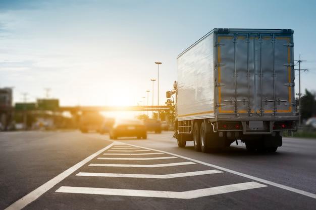 Auto vrachtwagen rijden op wegtransport Premium Foto
