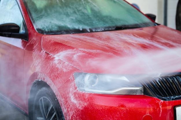 Auto wassen. auto reinigen met water onder hoge druk. Premium Foto
