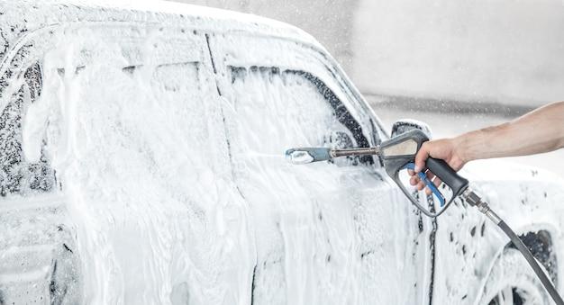 Auto wassen. wasproces op een self-carwash Premium Foto