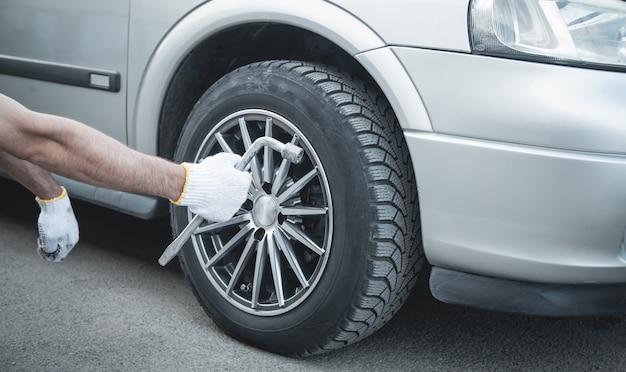 Autoband vervangen. auto onderhoud. bandeninstallatieconcept Premium Foto