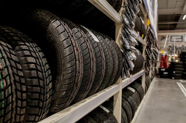 Autobanden en wielen bij pakhuis in bandopslag. Premium Foto