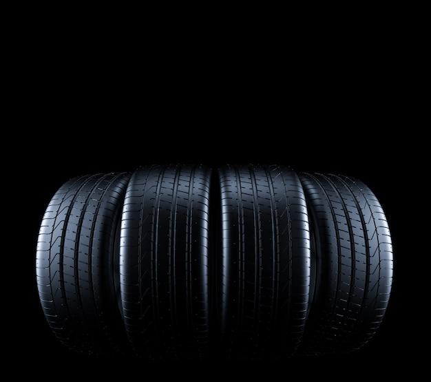 Autobanden geïsoleerd op zwart Premium Foto