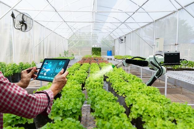 Automatische landbouwtechnologie robotarm drenken plantenboom Premium Foto