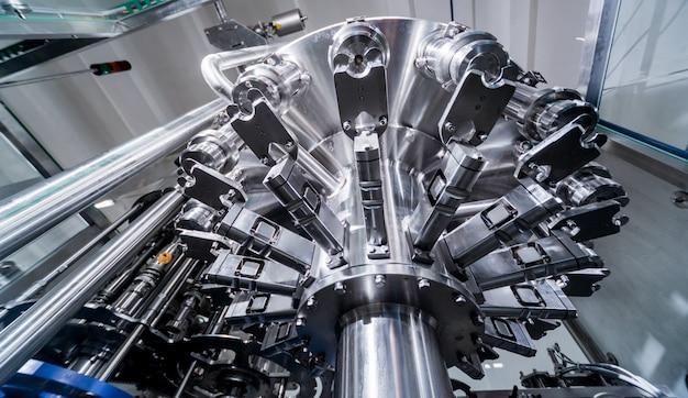 Automatische vulmachine giet water in plastic pet-flessen. productie brouwen. Premium Foto