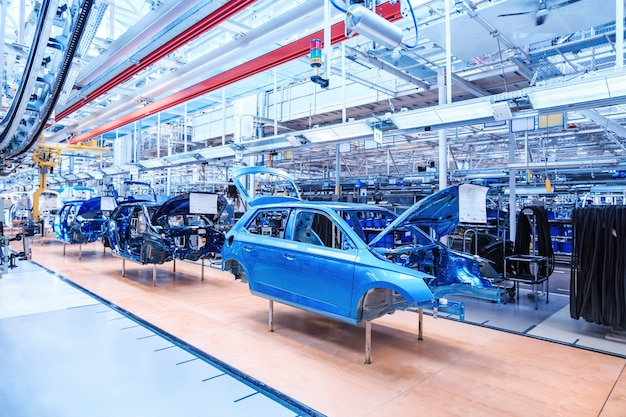 Automobiel lichaam bij autofabriek Premium Foto