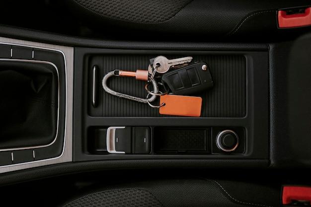 Autosleutel in een middenconsole Gratis Foto