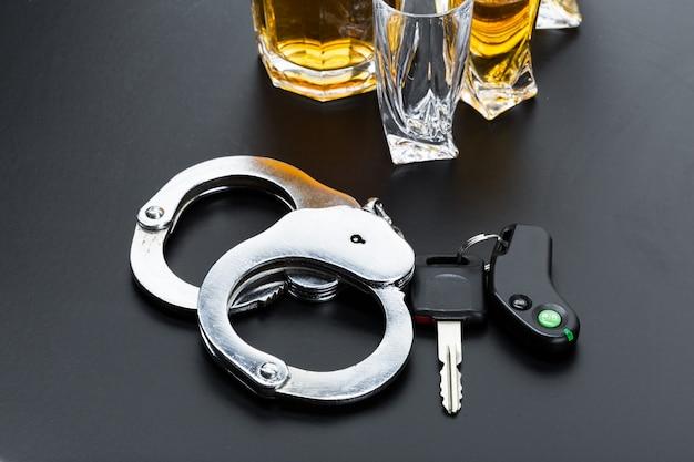 Autosleutel op de bar met gemorste alcohol Premium Foto