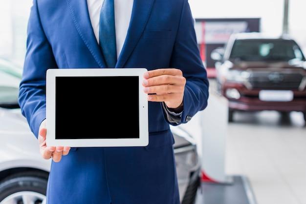 Autoverkoper met tablet Gratis Foto