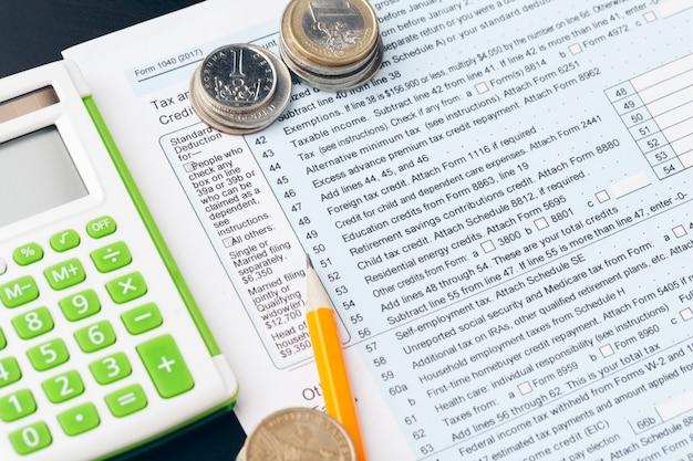 Avings, financiën, economie en huisconcept - sluit omhoog van calculator tellend geld en thuis het maken van nota's Premium Foto
