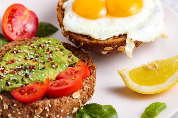 Avocado-brunch. ei toast op brood. veganistisch broodje Premium Foto