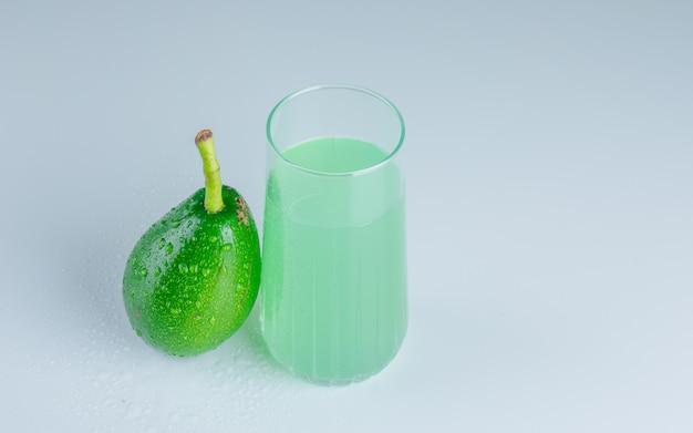 Avocado met drankje bovenaanzicht Gratis Foto