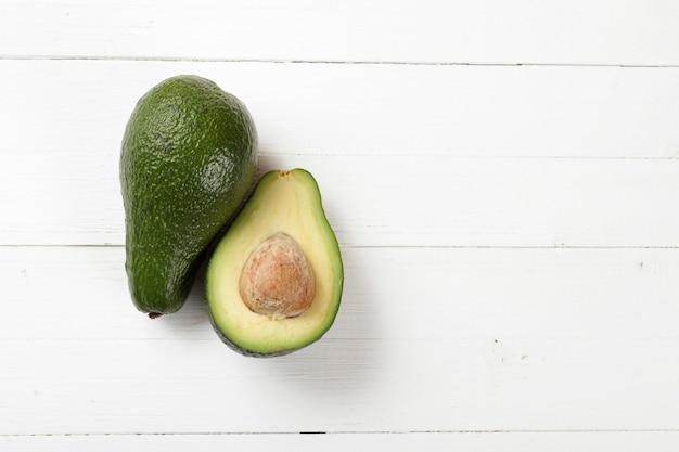 Avocado op een raadsachtergrond Premium Foto