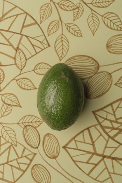 Avocado over overzichts bloemenachtergrond Gratis Foto