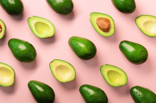 Avocado patroon op roze achtergrond Premium Foto