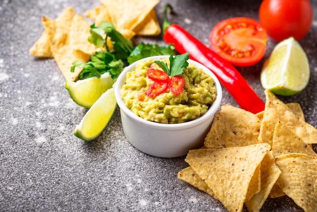 Avocado saus guacamole met maïs chips nachos Premium Foto