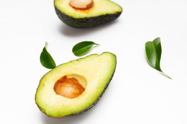 Avocado set geïsoleerd op een witte ondergrond Gratis Foto