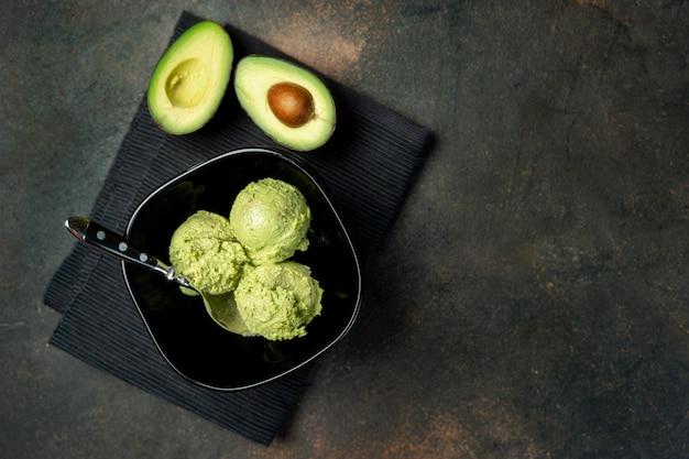 Avocado veganistisch ijs op donkere achtergrond Premium Foto