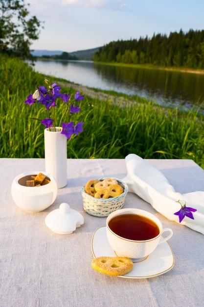 Avond thee zonsondergang rivier uitzicht Premium Foto