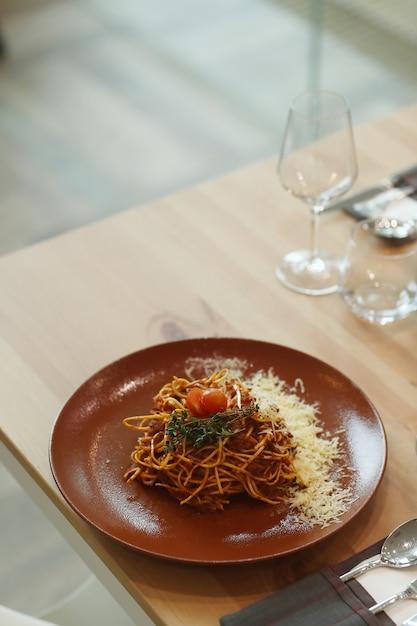 Avondeten. bereid voedsel op tafel Gratis Foto