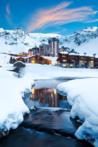 Avondlandschap en skitoevlucht in franse alpen, tignes, frankrijk Gratis Foto