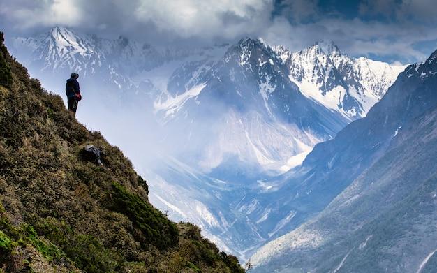 Avontuur bergreis bij chum vally, nepal. Premium Foto