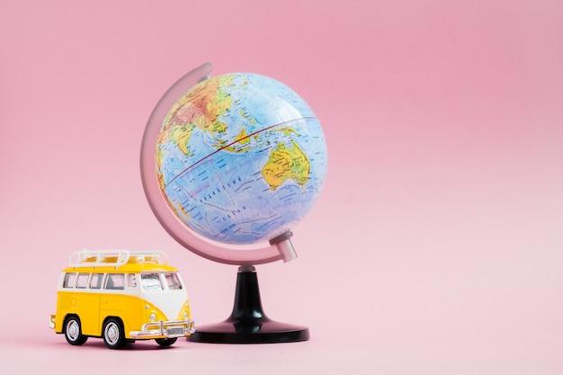Avontuur verhalen onderwijs met wereldbol op roze Premium Foto