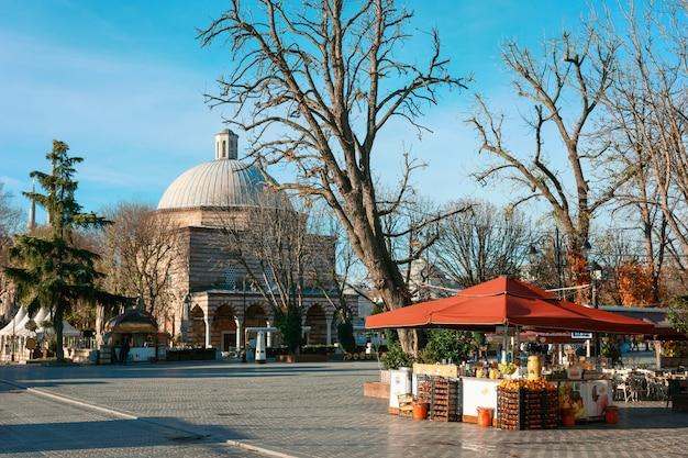 Ayasofya hurrem sultan hammam, istanbul. kraam met fruit op de hamam hurrem sultan in de herfst Premium Foto