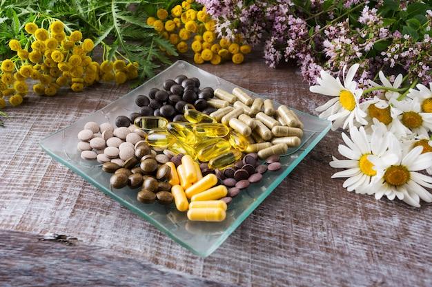 Ayurvedische kruidenpillen als gezond leven concept Premium Foto
