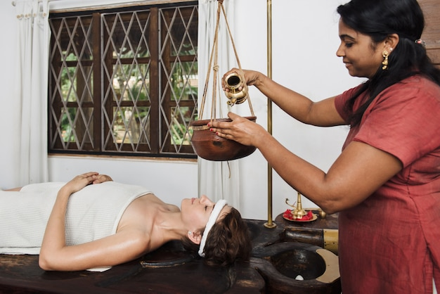 Ayurvedische shirodhara-behandeling in india Premium Foto