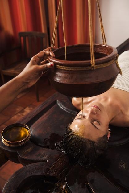 Ayurvedische shirodhara-behandeling in india Premium Foto