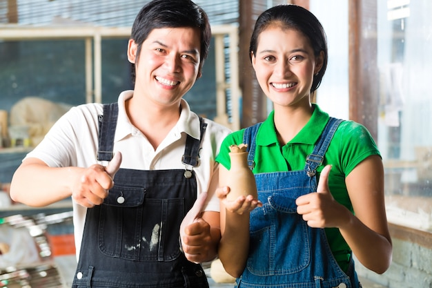 Aziaten met handgemaakt aardewerk Premium Foto