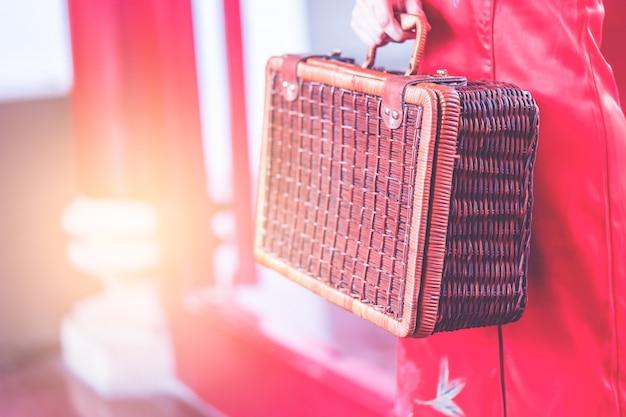 Aziatisch chinees meisje met het houten concept van de bagage uitstekende aziatische reis Premium Foto