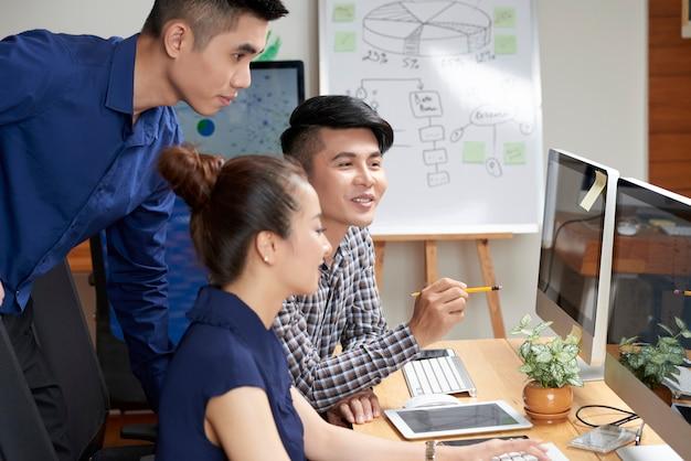 Aziatisch commercieel team dat project bespreekt Gratis Foto