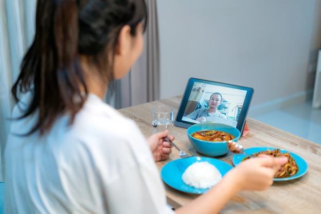 Aziatisch de vergaderingsdiner van het vrouwen virtueel happy hour en samen online het eten van voedsel Premium Foto