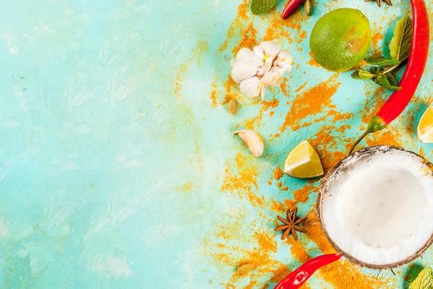 Aziatisch en thais voedsel, kokende achtergrond. specerijen en ingrediënten - kokosnoot, gember, hete rode pepers, limoen, curry, munt, kruiden. Premium Foto