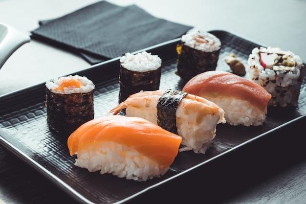 Aziatisch eten klaar om te eten. sushi restaurant Premium Foto