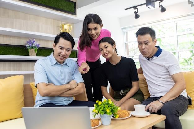 Aziatisch freelance werken Premium Foto