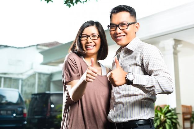 Aziatisch huiseigenaarpaar voor huis Premium Foto